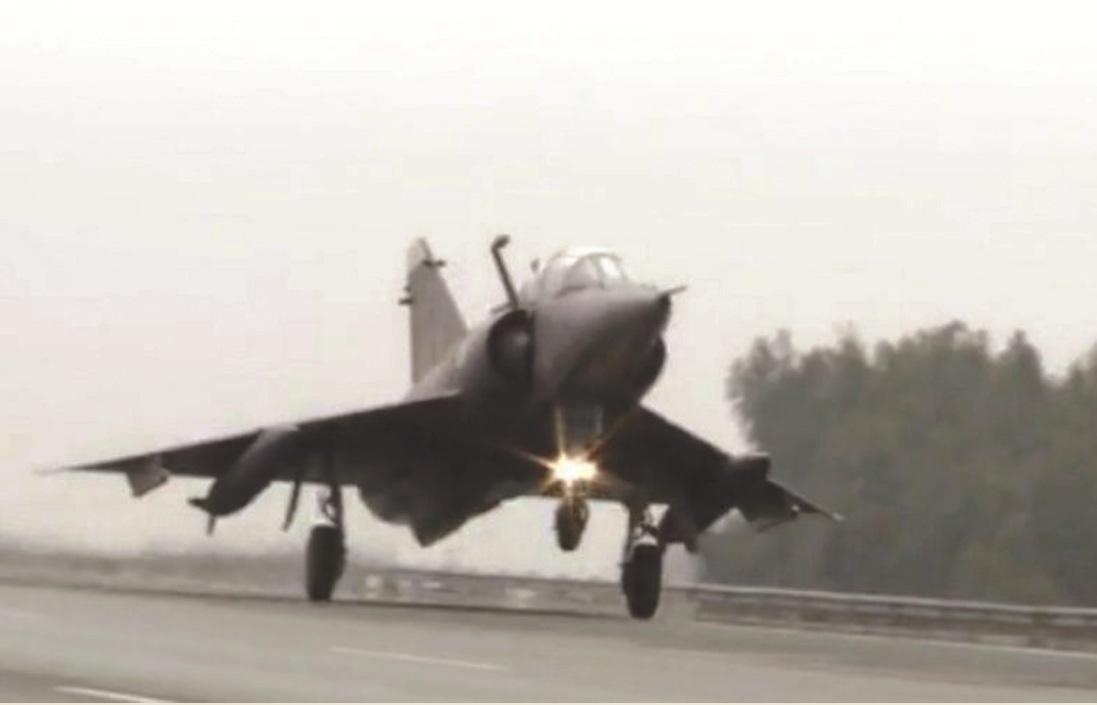 भारताच्या हल्ल्याच्या भीतीने – पाकिस्तानी हवाई दलाच्या हालचालींमध्ये वाढ