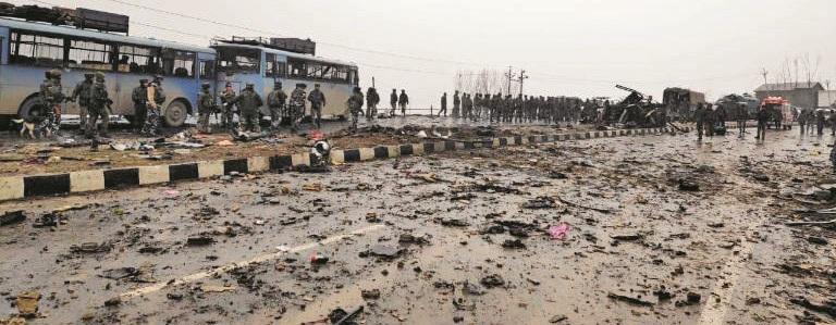 जम्मू-काश्मीरच्या पुलवामामध्ये आत्मघाती हल्ल्यात 'सीआरपीएफ'चे ४० जवान शहीद
