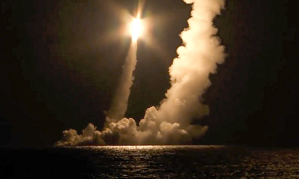 रशिया की पनडुब्बी से चार आन्तरमहाद्विपीय परमाणु अस्त्रों का परीक्षण
